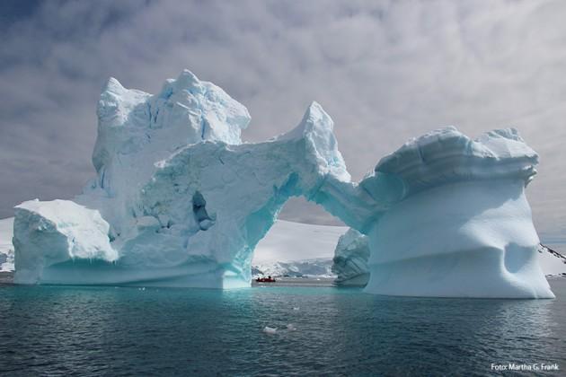 Forskare fraktar is till antarktis