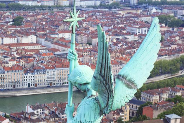 Närbild på staty högt över Lyon i Frankrike.