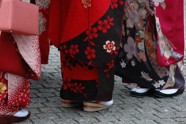 Nederdelen på färgglada kimonos i olika mönster.