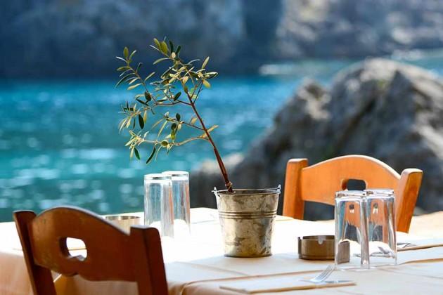 Taverna vid havet i Grekland