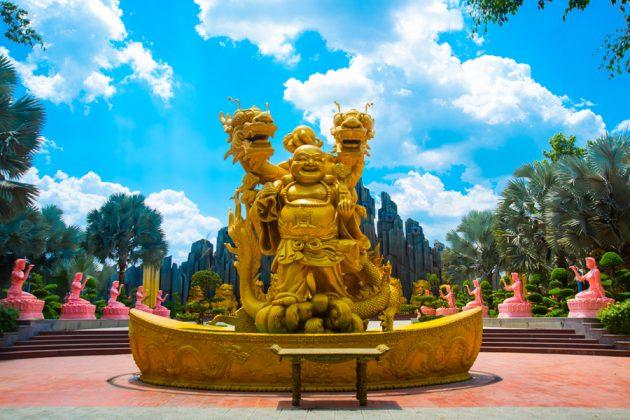Guldstatyer i en av Ho Chi Minh Citys många parker.