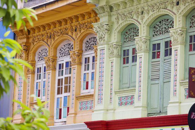 Traditionella hus med vackra fönster i Singapore.
