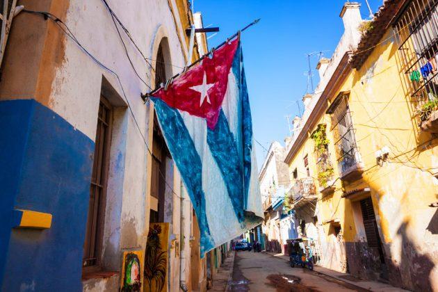 Kubanska flggan som vajar i vinden i Havanna, Kuba.
