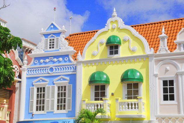 Färgglada hus i Oranjestad på Aruba.