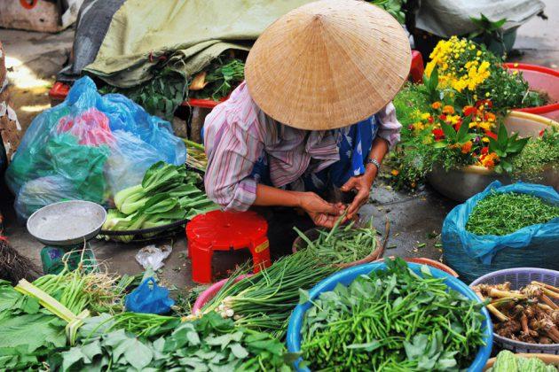 Kvinna vid sin marknadsplats, Vietnam.