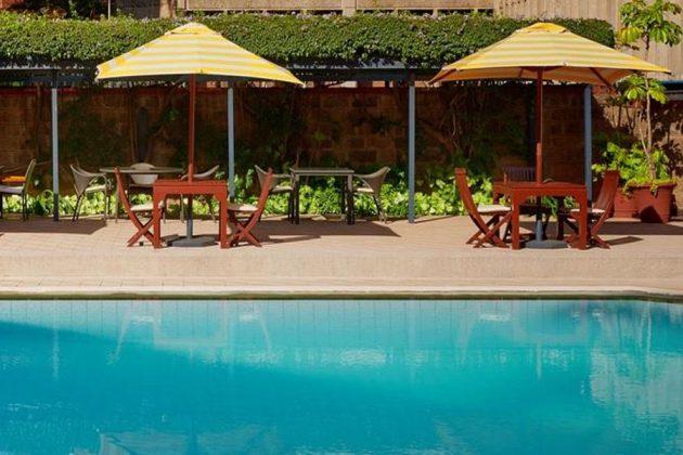 Pool och uteservering på HotelNorfolk, Kenya.