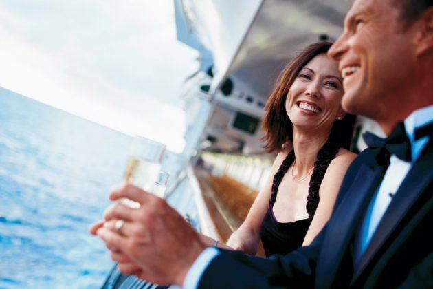 Par med champagne, på däck på ett kryssningsfartyg.