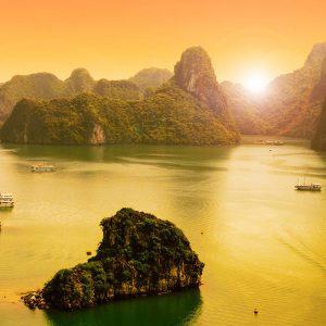 Solnedgång över Halongbukten i Vietnam.