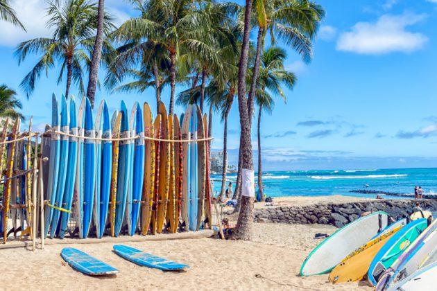 Färgglada surfbrädor på Waikiki Beach på Hawaii.