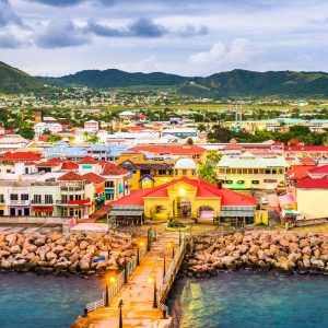 Vy från havet över staden Basseterre på St. Kitts.