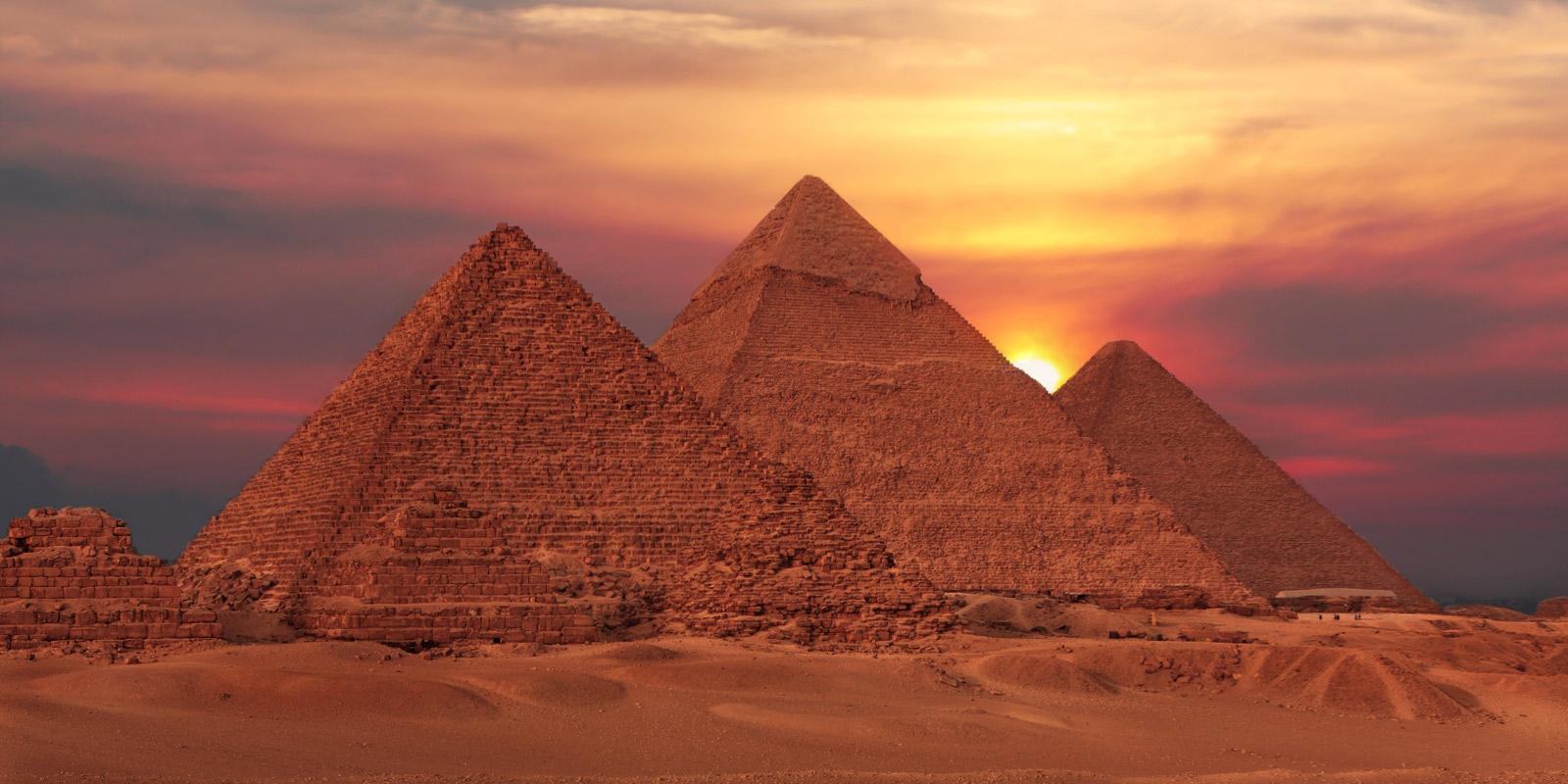 Egyptens pyramider i solnedgången.