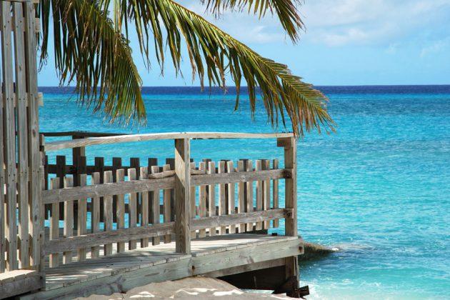 Träterrass på stranden i Cockburn Town på ön Grand Turk i Karibien.