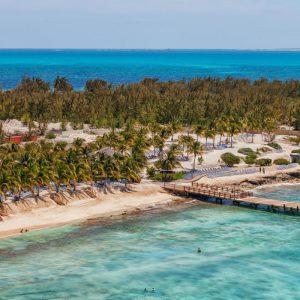 Stranden vid kryssningsterminalen på Grand Turk i Karibien.