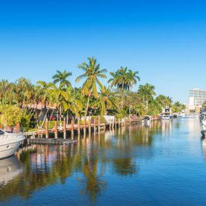 Vacker kanal med förtöjda båtar i Fort Lauderdale, Florida.