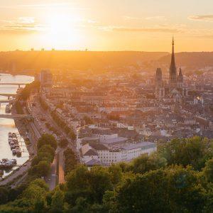 Vy över floden Seine i Rouen i Frankrike.