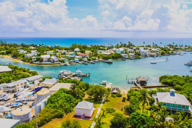 Vy över Hope Town på Bahamas, från Elbow Reef lighthouse.