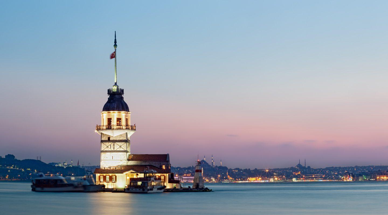 Kväll över Bosporen i Istanbul, Turkiet.